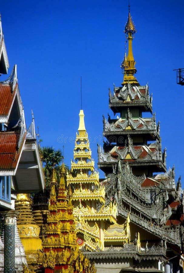 Goldene Helme der buddhistischen stupas lizenzfreies stockbild