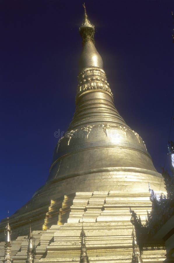 Goldene Helme der buddhistischen stupas im Tempel stockbild