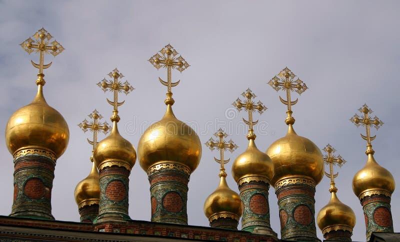 Goldene Helme des Terem-Palastes gegen einen bewölkten Himmel lizenzfreies stockfoto