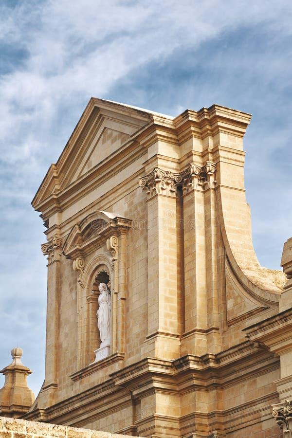 Goldene-hight Wand der einsamen Kirche mit Monument lizenzfreie stockbilder