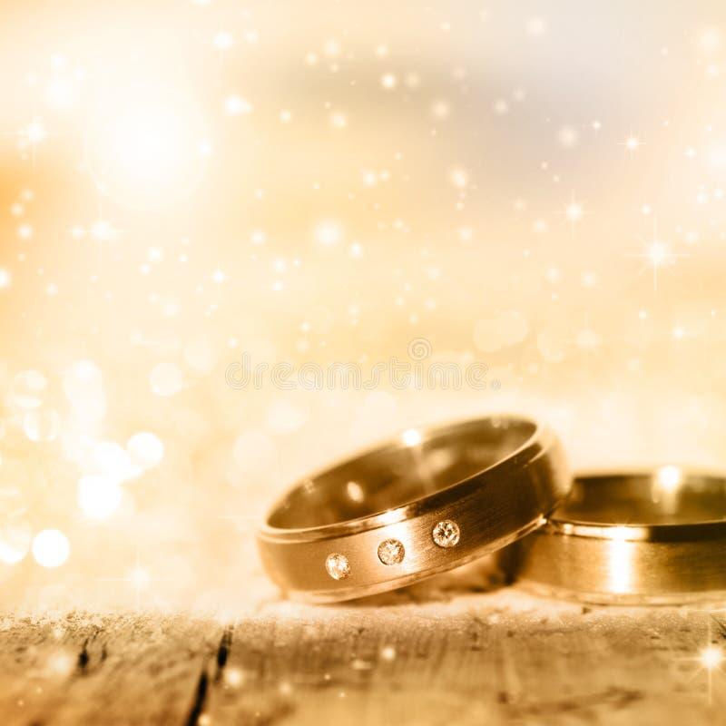 Goldene Hochzeits-Ringe stockbild