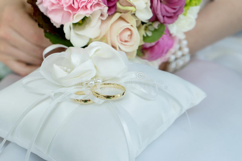 Goldene Hochzeits-Ringe stockfotografie