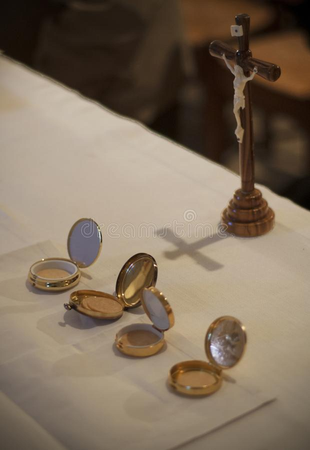 Goldene Kästen und Kreuz der heiligen Oblaten auf einem Altar in einer französischen katholischen Kirche stockbild