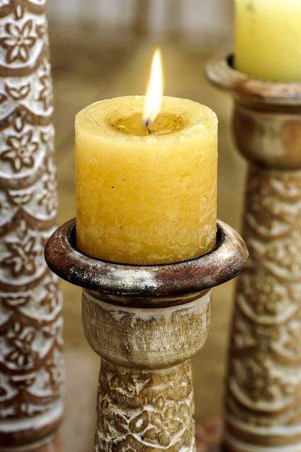 Goldene Kerze auf orientalischem Kerzenhalter lizenzfreie stockfotografie