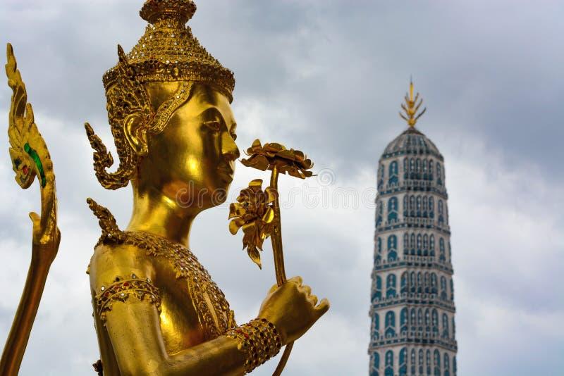 Goldene kinnara Statue am historischen großartigen Palast in Bangkok, Thailand lizenzfreie stockbilder