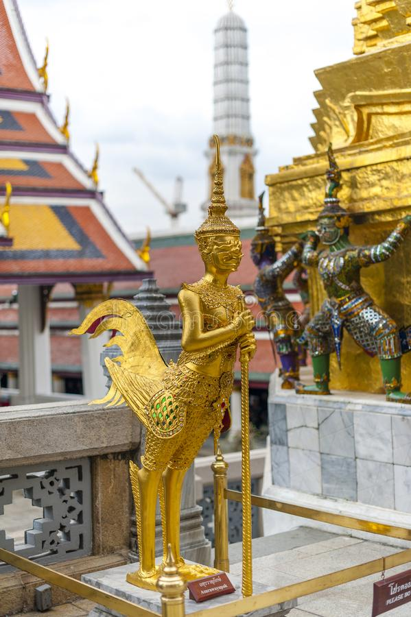 Goldene Kinnara-Statue in Wat Phra Kaew lizenzfreie stockfotografie