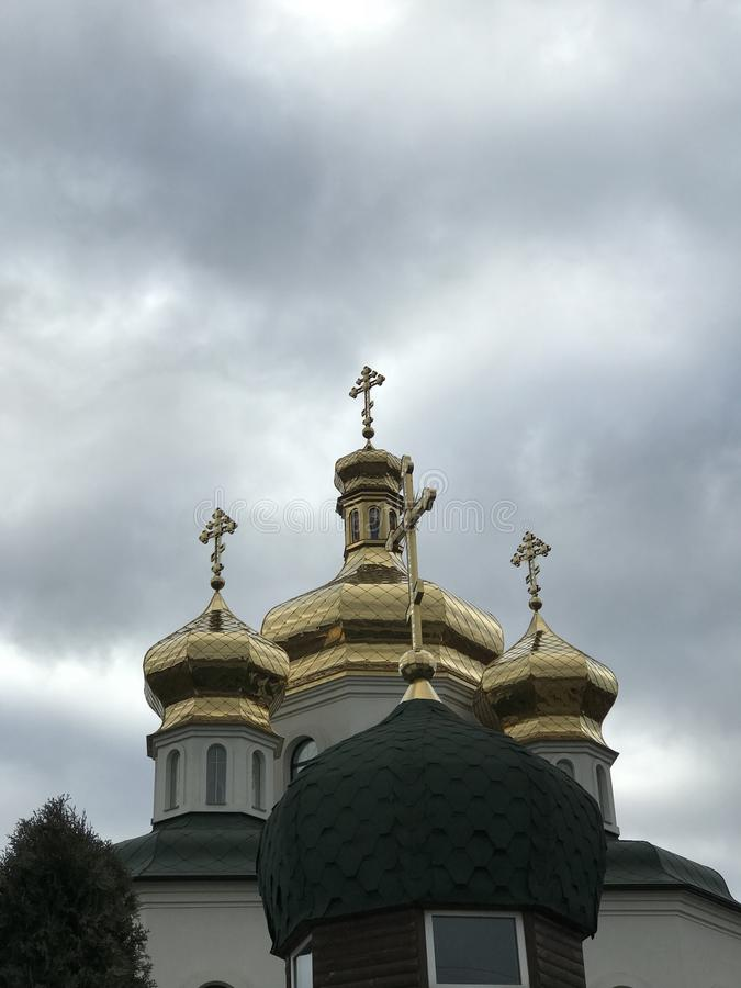 Goldene Kirchen-Kuppeln in Irpin-Stadt - Kyiv Oblast in Ukraine lizenzfreies stockfoto