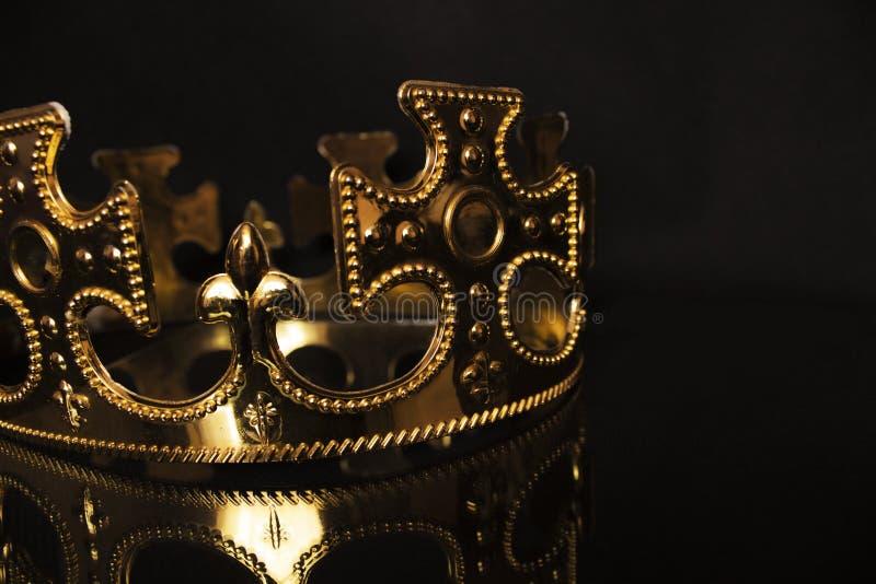 Goldene Krone auf einem dunklen Hintergrund stockbild