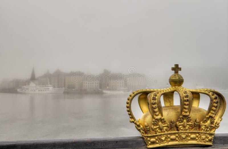 Goldene Krone und Stadt im Nebel. stockbild