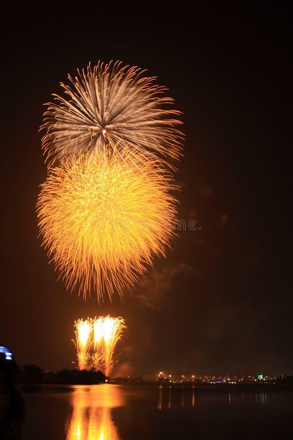 Goldene Kugelfeuerwerke lizenzfreie stockfotografie