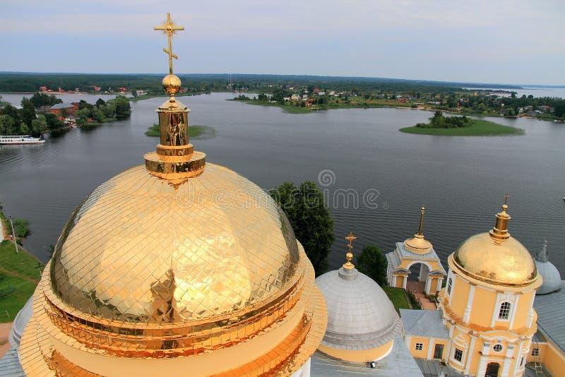 Goldene Kuppeln der Kirche und des Sees stockfoto