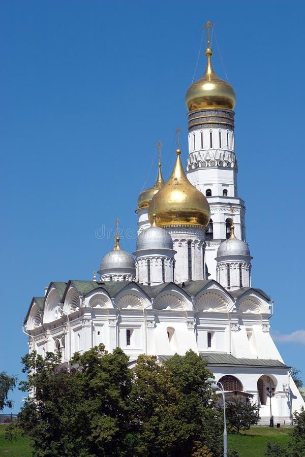 Goldene Kuppeln von Kathedralen Moskaus der Kreml stockfotos