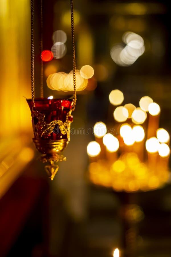 Goldene Lampen der Kirche stockfoto