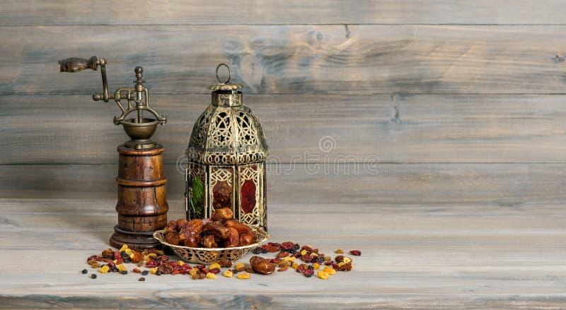 Goldene Laternenweinlesemühle Orientalische arabische Dekorationsfrüchte lizenzfreie stockfotografie
