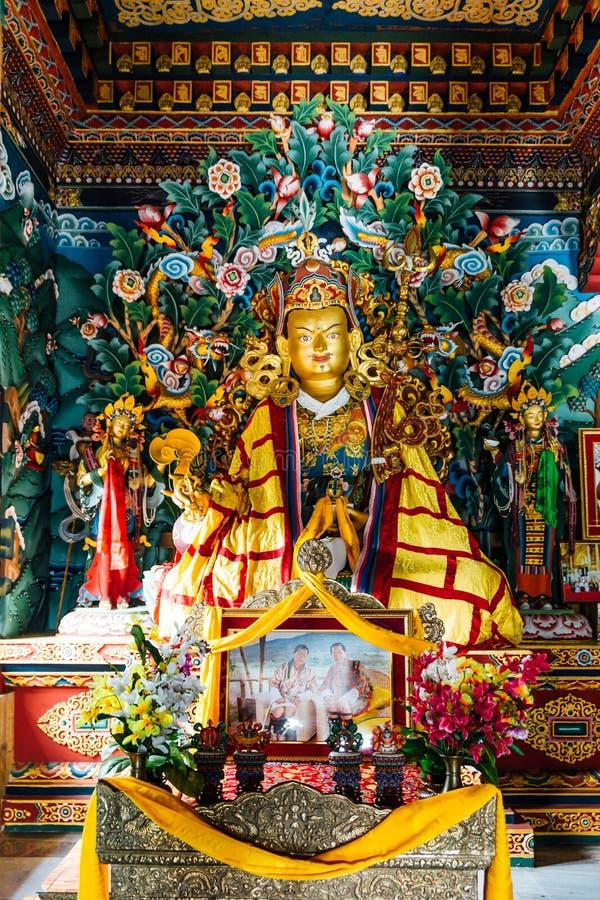 Goldene Lord Buddha-Statue Art in der von Bhutan innerhalb des königlichen Klosters von Bhutan in Bodh Gaya, Bihar, Indien lizenzfreie stockfotografie