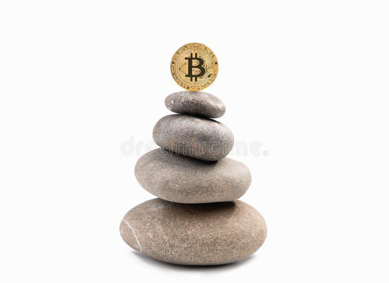 Goldene Münze Bitcoin auf Pyramide lizenzfreie stockfotos