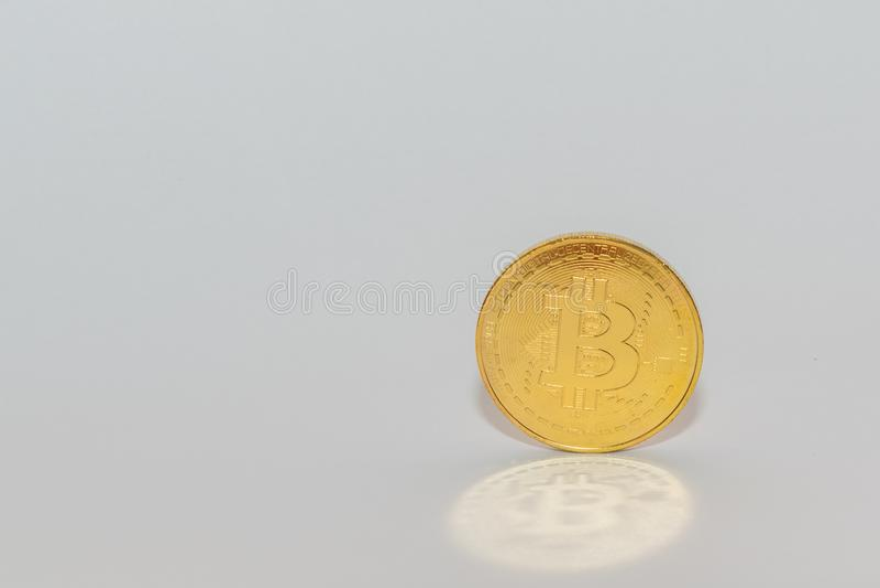 Goldene Münze Bitcoin balancierte auf dem Rand mit Reflexion bitcoin Symbol auf Münze stockfotografie