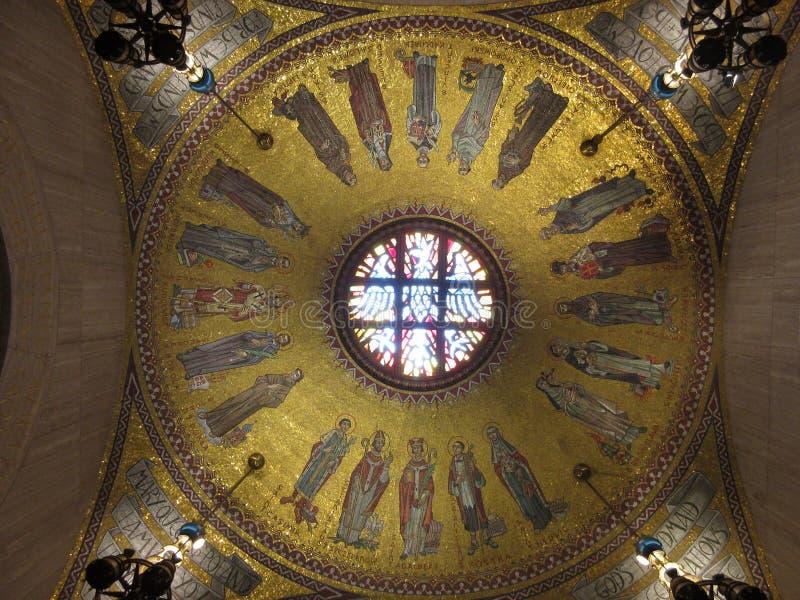 Goldene mit Ziegeln gedeckte Grafik in der Kirche stockbilder