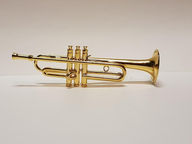 Goldene musikalische Trompete stockfotos