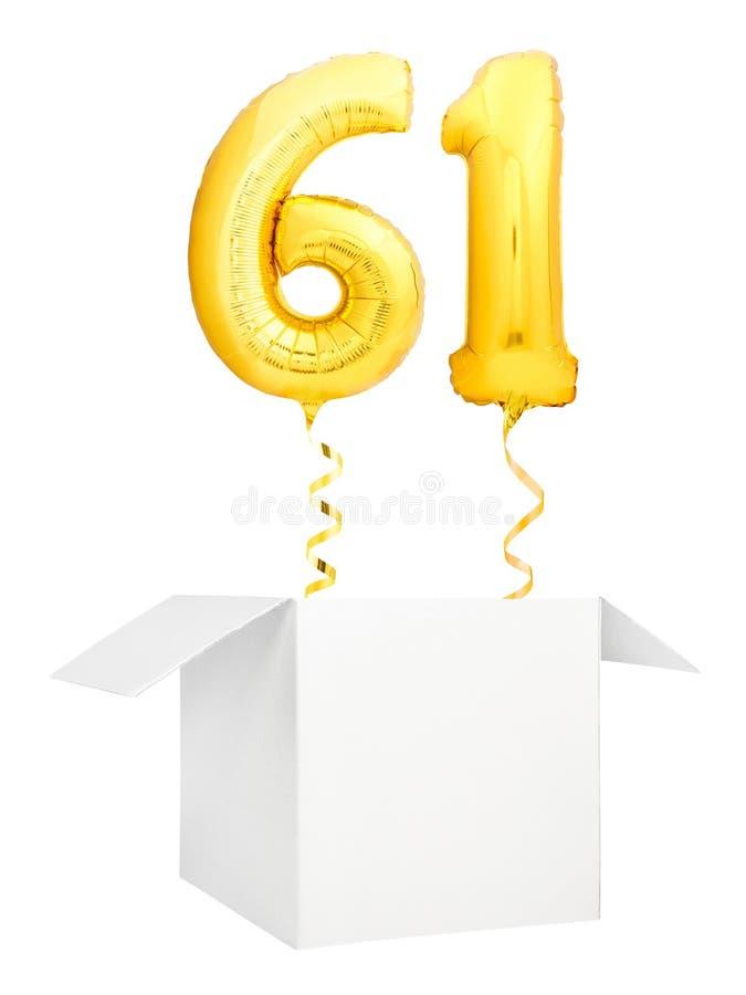 Goldene Nr. sechzig ein aufblasbarer Ballon mit goldenem Bandfliegen aus dem leeren weißen Kasten heraus lokalisiert auf weißem H lizenzfreie stockbilder