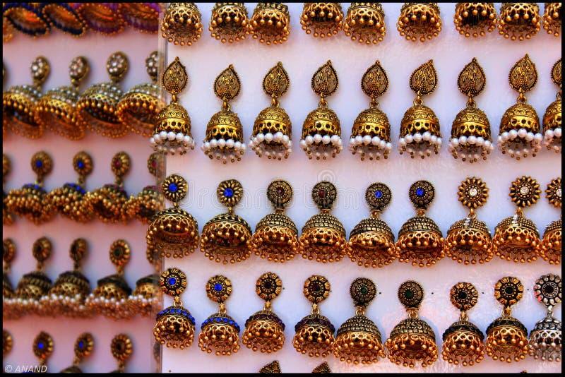 Goldene Ohrringe stockbild