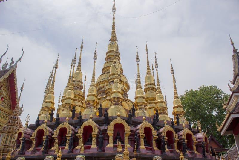 Goldene Pagode bei Wat Phra That Su Thon Mongkhon Khiri Samakkhi lizenzfreie stockbilder