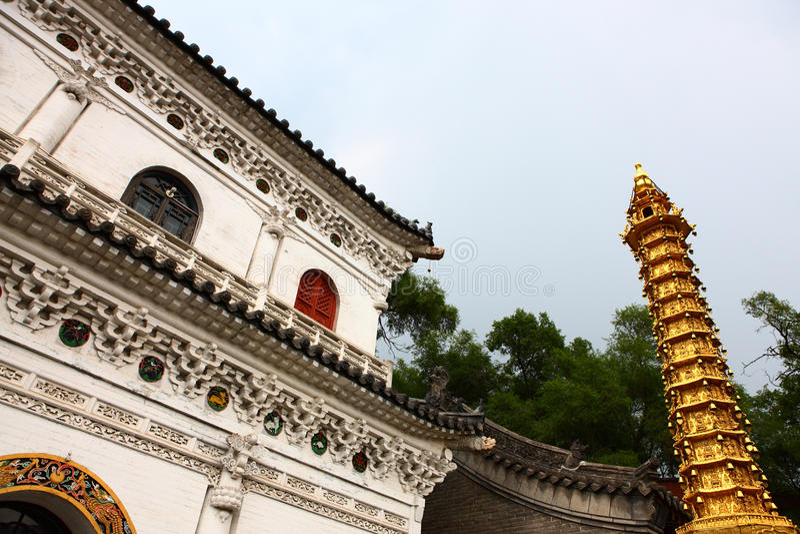 Goldene Pagode im chinesischen Tempel stockfotos