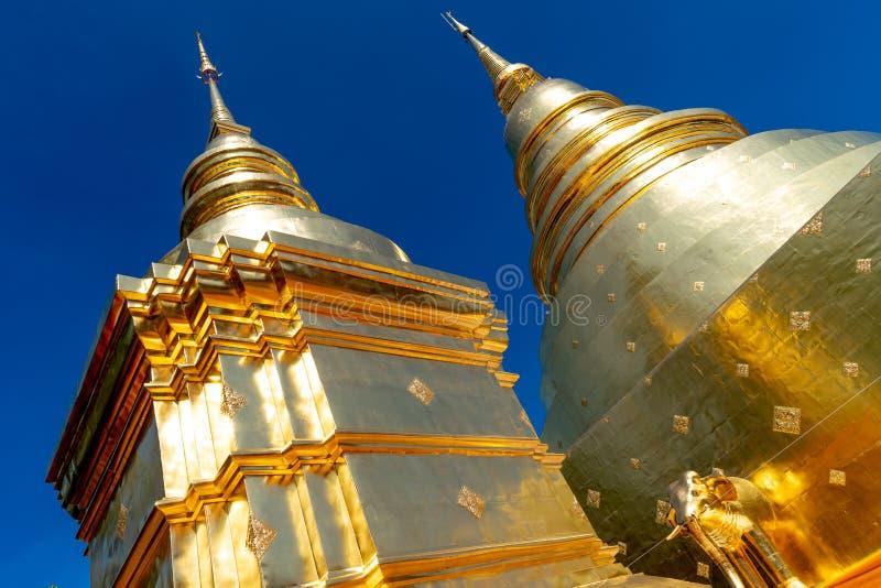 Goldene Pagode an Wat Prasing-Tempel mit Hintergrund des blauen Himmels stockfotos
