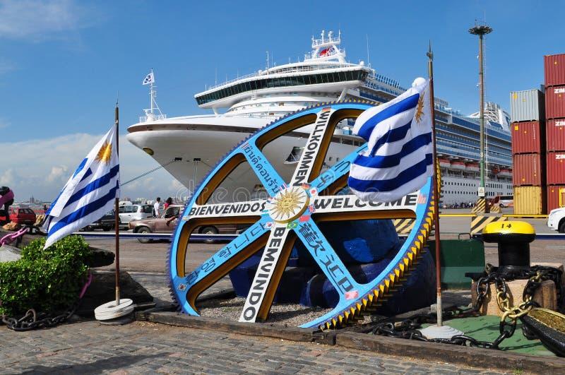 Goldene Prinzessin festgemacht an Montevideo-Hafen stockfotografie