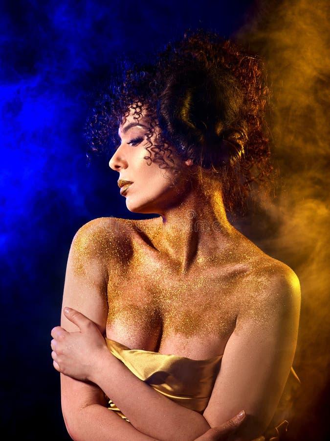 Download Goldene Pulverkosmetik Auf Bloßer Frau Schultert Mit Dekorativem Stockbild - Bild: 107408897