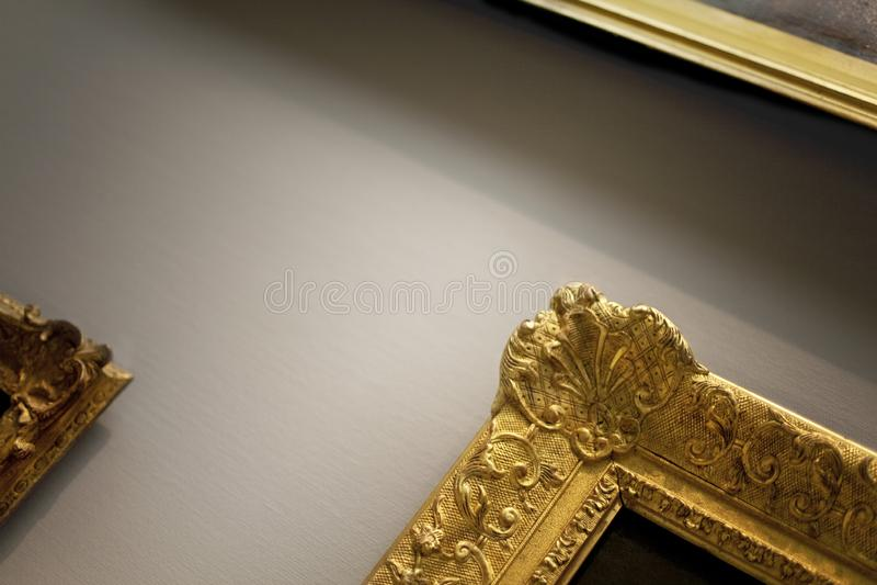 Goldene Rahmen in einer Galerie stockfoto