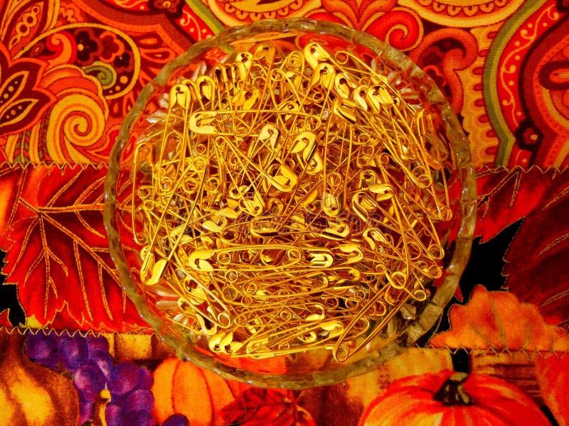 Goldene Sicherheitsnadeln stockfoto
