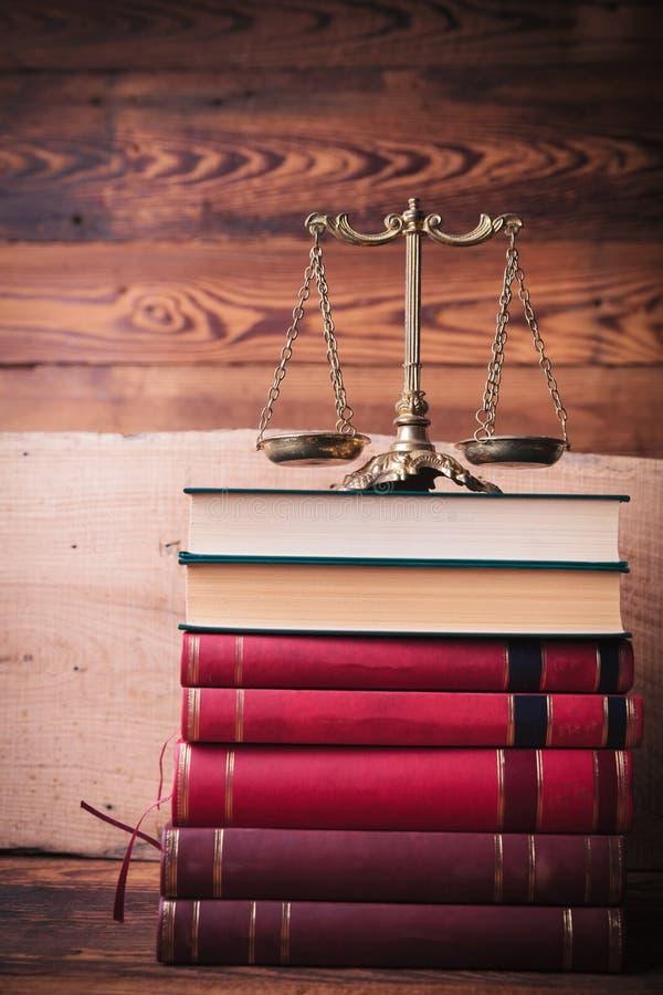 Goldene Skala auf Stapel Gesetzbücher lizenzfreies stockbild