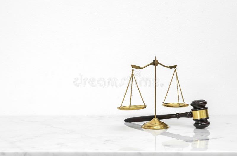Goldene Skalen balancieren gesetzt auf weißen Marmortabellenzähler mit fre lizenzfreie stockfotos