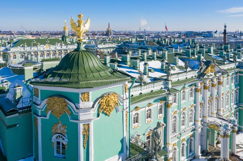 Goldene Skulptur eines majest?tischen Adlers von Russland auf dem Dach des Winter-Palastes in St Petersburg stockfotografie