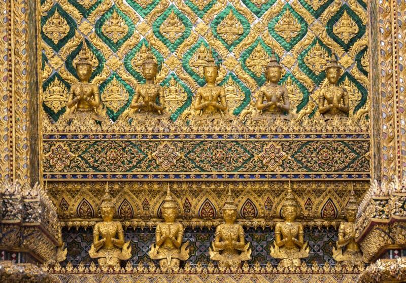 Goldene Skulpturschaffung der Statue des Buddhismusengels (Deva) lizenzfreie stockbilder