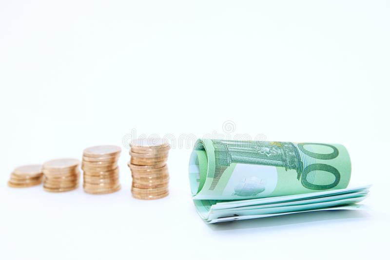 Goldene Stapel der Umstatzsteigerungsform von Münzen zu den Eurobanknoten auf weißem Hintergrund lizenzfreies stockbild