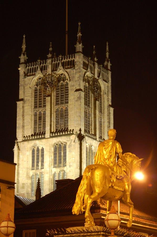 Goldene Statue und Kirche stockfotos