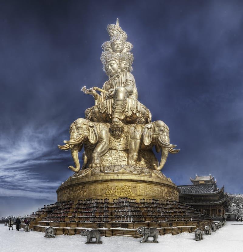 Goldene Statue von Puxian auf dem goldenen Gipfel von Mt Emei, China stockfotografie