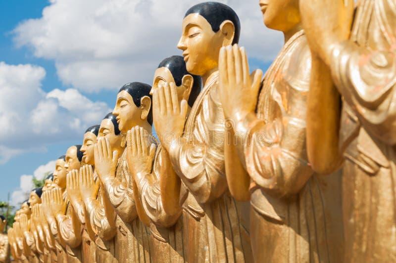 Goldene Statuen des buddhistischen Mönchs in Sri Lanka stockbilder