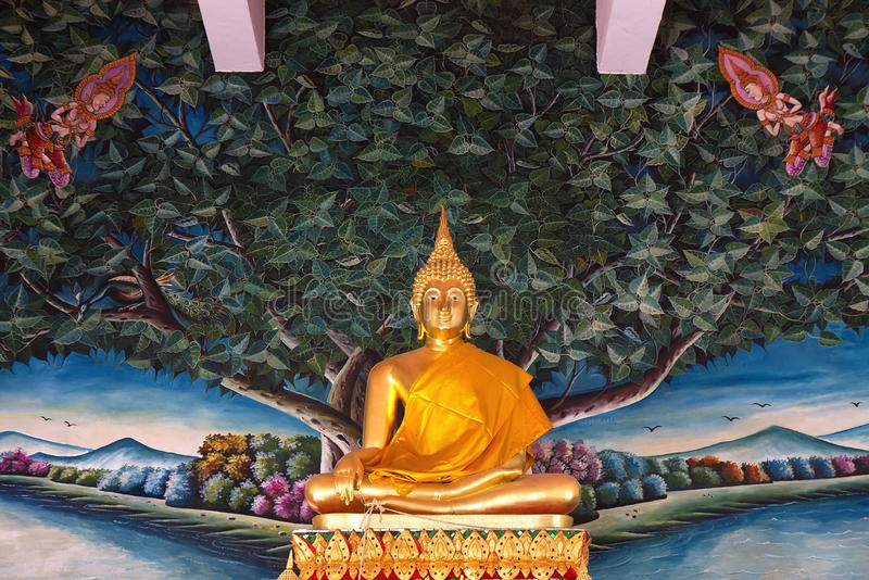 Goldene stehende Buddha-Statue stockbild