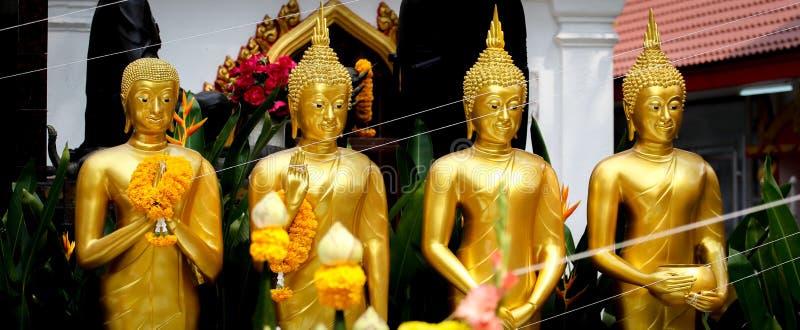 Goldene stehende Buddha-Statuen in Folge lizenzfreie stockfotos