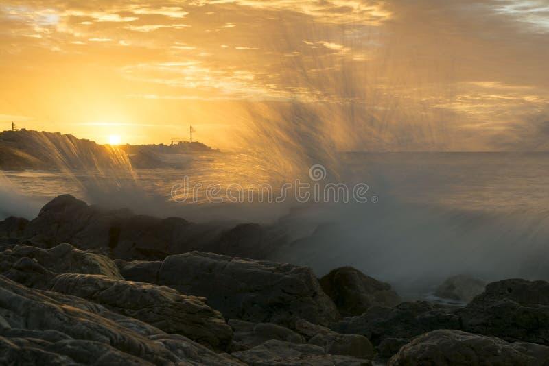Goldene Stunde, die Wellen an O-` Sullivan Beach, Süd-Australien spritzt stockfotos