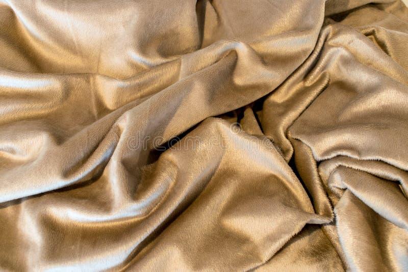 Goldene Töne in dieser nach dem Zufall gefalteten Decke lizenzfreie stockfotos