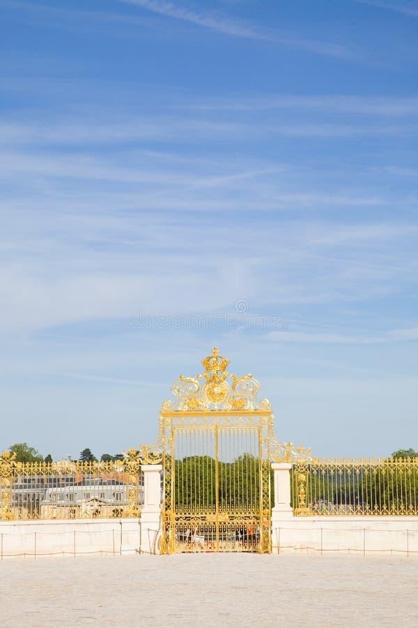 Goldene Tür des Versailles-Chateaus lizenzfreie stockfotos