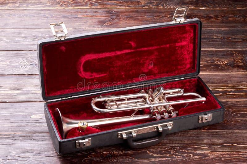 Goldene Trompete im Samtfall stockfoto
