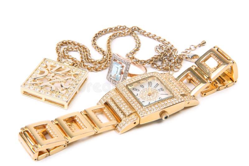 Goldene Uhr, Ring und Halskette. lizenzfreie stockbilder