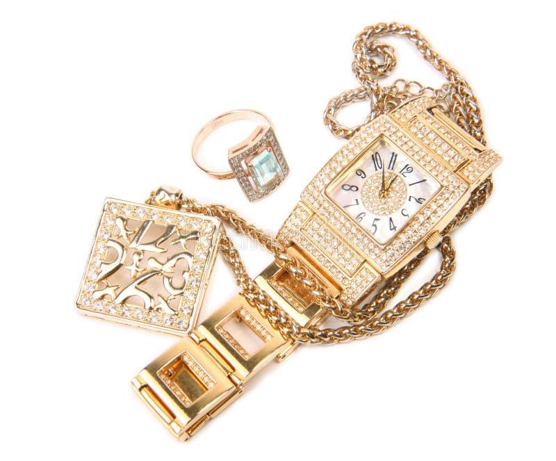 Goldene Uhr, Ring und Halskette. stockbilder