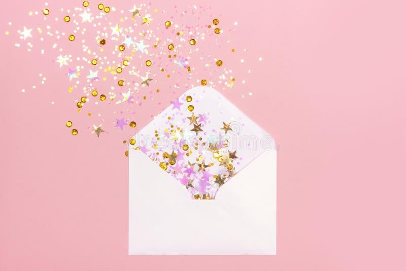 Goldene und rosa Konfettis zerstreut vom Umschlag auf rosa Pastellhintergrund vektor abbildung