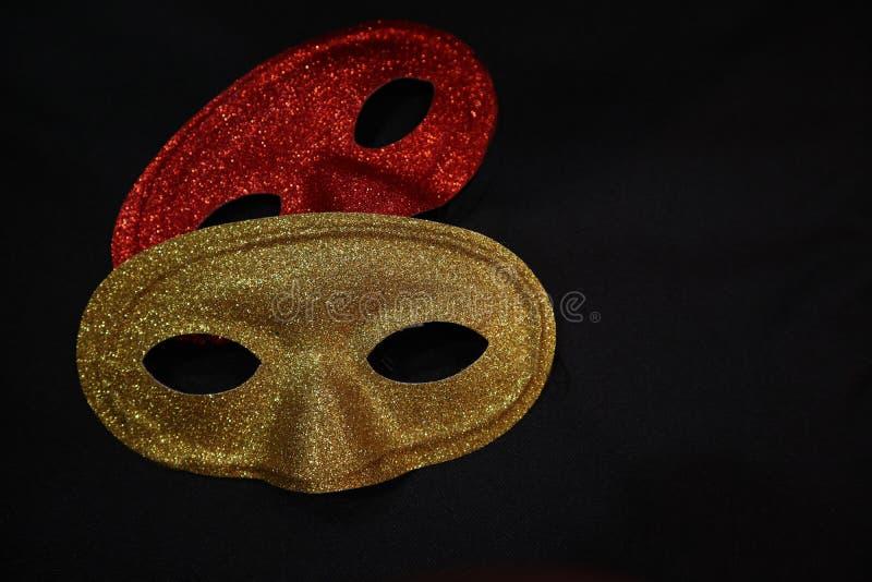 Goldene und rote Karnevalsmasken stockfotos
